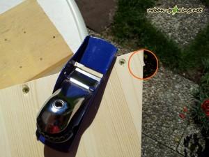 Schritt 14 - überstehende Rückwand passend zum Winkel der Seite abhobeln - www.urban-growing.net